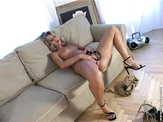 Nude Sarah Blue caresses her hot pussy on the couch