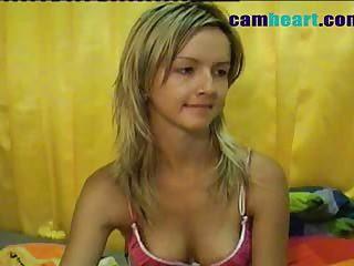 Hawt sexy chick masturbates on livecam